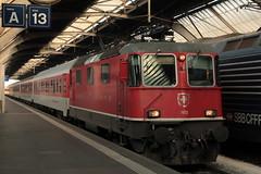 SBB Lokomotive Re 4/4 II 11172 ( Hersteller SLM Nr. 4734 - BBC - MFO - SAAS - Baujahr 1969 - Ehemalige MThB Lokomotive ) am Bahnhof Zrich im Kanton Zrich der Schweiz (chrchr_75) Tags: chriguhurnibluemailch christoph hurni schweiz suisse switzerland svizzera suissa swiss chrchr chrchr75 chrigu chriughurni mrz 2015 chriguhurni albumbahnenderschweiz albumbahnenderschweiz201516 schweizer bahnen eisenbahn bahn train treno zug albumzzz201503mrz albumsbbre44iiiii lok lokomotive sbb cff ffs schweizerische bundesbahn bundesbahnen re44 re 44 juna zoug trainen tog tren   locomotora lokomotiv locomotief locomotiva locomotive railway rautatie chemin de fer ferrovia  spoorweg  centralstation ferroviaria
