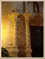 Espirales junto a la puerta. (margabel2010) Tags: esculturas iglesias nocturnas imágenes piedra puertas columnas fachadas benicarló espirales capiteles fachadasdeiglesias