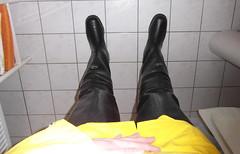 Yellow CKS oilskins and black Novesta waders (zeesenboot) Tags: cks raincoat waders rubberboots rainwear gummistiefel raingear regenjacke hipwaders rainpants lzeug regenhose regenkleidung oilskins watstiefel ljacke regnklder regenbekleidung novesta regnfrakker lhose