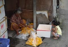 learning from grandma garland maker (the foreign photographer - ) Tags: grandma girl thailand child bangkok sony garland mums lard bang maker bua squatting khlong bangkhen rx100 phrao dscjul102016sony