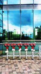 Fnf Sprinkler (Codos Traumreisen) Tags: sprinkler architektur dsseldorf glas zollhafen rohre