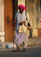 Maharashtrian man (Shrimaitreya) Tags: india man cane indian maharashtra turban hindu hinduism pune dhoti maharashtrian varkari