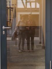Vor der Tr - Gisela und ich (dorotheazinsser) Tags: 52wochenchallange spiegelung tr