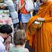 Les dévots laïcs bouddhistes cultivent le mérite du don en offrant de la nourriture aux moines. En retour, les moines offrent une bénédiction.