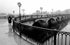 Composicin: muller con paraugas e ponte (carlosdeteis.foto) Tags: galicia galiza pontevedra carlosdeteis