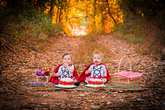 DSC_0579 (Mateus Andr) Tags: meninas gmeas twins chapeuzinhovermelho contodefadas bolo irms bonitas ensaio amassandoobolo smashthecake fairytales littleredridinghood red babies funny happy sisters cake catalo gois brasil brazil portrait alegria