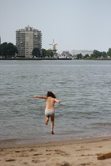 In-between (Photocapy) Tags: heiplaat rotterdam quarantaineinrichting kunst hermitage geheimtipp verrassingsreisje strand strandje sprong girl meisje jump hoppa maas meuse summer sommar zomer