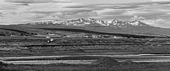Thorsmrk im Sden Islands (Agentur snapshot-photography) Tags: bw mountains tourism berg forest river landscape island blackwhite iceland reisen sommer jahreszeiten natur reykjavik berge valley sw schwarzweiss landschaft wald wandern tourismus vulcano tal effekt isl landschaften gebirge vulkan aussen bergig gestein geologie aussenansicht touristen sehenswrdigkeiten lavagestein gletscherfluss hochland bewachsen wlder flussbett tler aussenaufnahme flusslandschaft hvolsvllur ausflugsziel vulkanlandschaft landschaftsaufnahme gebirgslandschaft 011600 rangringeystra ausflugsziele wandergebiet endmornenlandschaft grnestal tourismusbranche wandergebiete gletschergebiet gletschergebiete schmelzwassergebiete schmezwasser wadergebiet