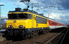 1611  Emmerich  10.03.98 (w. + h. brutzer) Tags: emmerich 16 eisenbahn eisenbahnen train trains railway niederlande holland elok eloks lokomotive locomotive zug ns webru analog nikon