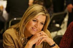 Koningin Mxima heeft net plaatsgenomen aan een van de dialoogtafels in Utrecht voor een 'fotomoment'. (Frandalf) Tags: utrecht website lancering mxima koninginmaxima dialoogtafel theaterstefanuszimihc krachtvinder
