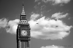 LONDON (Julia L.S) Tags: london londres uk granbretain england landscape landscapeuk sunny sunnyday canon photography photographer picsoflondon inglaterra fotosdeinglaterra beautiful pictures love traveling travel journey happy viajar blackandwhite blancoynegro plane avion volando volar fly flying