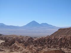 """Le désert d'Atacama: vue sur le volcan Licancabur depuis la Vallée de la Mort <a style=""""margin-left:10px; font-size:0.8em;"""" href=""""http://www.flickr.com/photos/127723101@N04/29118116402/"""" target=""""_blank"""">@flickr</a>"""