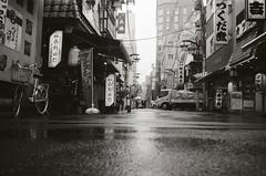 Un (Yosh the Fishhead) Tags: minox minox35 minox35gt film films foma fomapan fomapan400 blackwhite bw blackandwhite monochrome tokyo japan road rain asakusa street