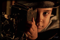 Raul and cmera (tim_asato) Tags: camera portrait 120 hat vintage muelle kid antique retrato antigua raul sombrero chico nio cmara timasato