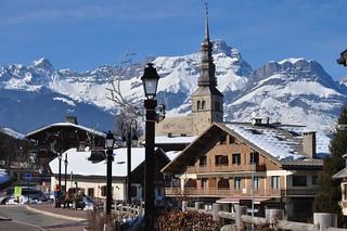 Eglise St Nicolas et chaîne des Aravis, Combloux, Faucigny, Haute-Savoie, Rhône-Alpes, France.