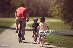 pedalare (quintaainveruno) Tags: bambini ciclismo fotografia padre bicicletta orizzontale elmetto caucasico trepersone