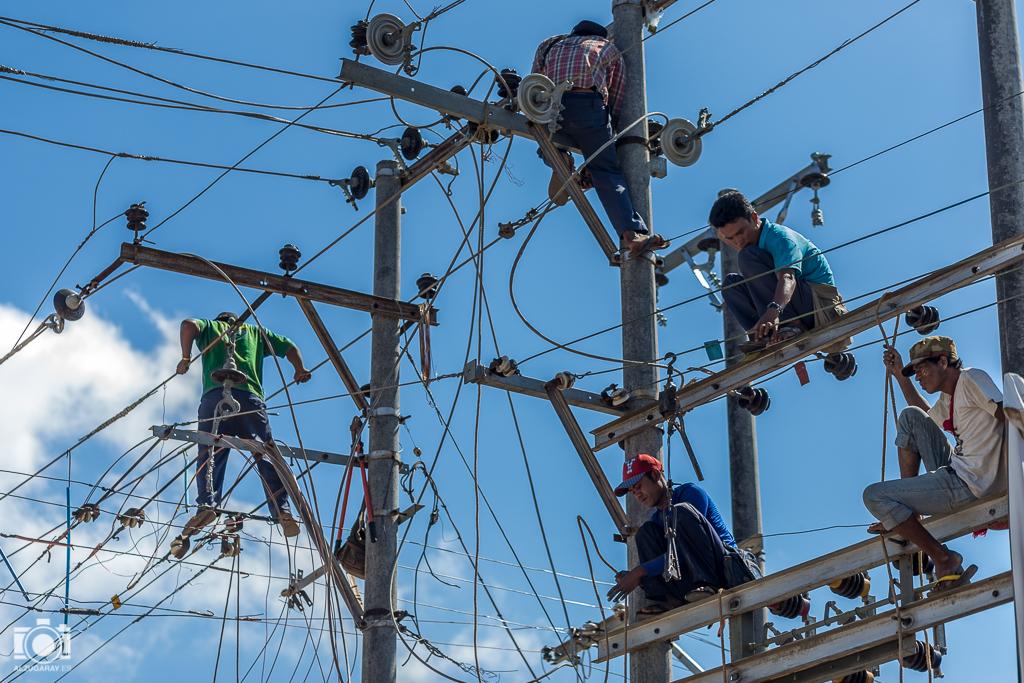 Reparando el tendido eléctrico en Nyaungshwe (Myanmar)