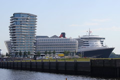 Queen Mary 2 @ Hamburg 19.08.2012 (Martin Fester) Tags: cruise 2 mary hamburg center queen queenmary2 cunard elbe hafencity cruisecenter marcopolotower 19082012 hamburgcruisecenterhafencity