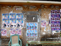 posters and chair (Rasande Tyskar) Tags: street poster chair indianocean posters plakate stuhl streetview ansicht comoros mayotte indischerozean comores strase komoren mamoudzou grandterre