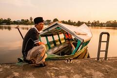 The boatman awaiting his passengers, the Sarawak River. (Danny Chiam) Tags: river boat boatman sampan sarawakriver fujifilmx fujinonxf18mm