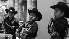 Como te voy a olvidar ? (Max Bousrouil) Tags: guadalajara mexico mexique kid kids song music musica nio chapeau hat guitar guitare blackwhite maximebousrouil trip viaje outdoor