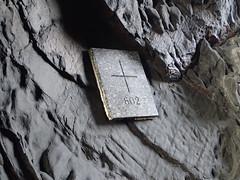 Frontire franco-espagnole, la fameuse dernire croix 602 dans une grotte accessible uniquement par la mer, entre Cerbere et Portbou (Claudia Sc.) Tags: france espagne pyrnes frontire borne602