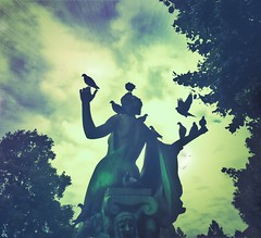 Angle of peace (Mado AwaD) Tags: park brussels statue angel ma peace belgium belgie outdoor pigeons standbeeld duiven mado 2016