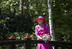 H.M Dronningen i Tambours have (Varde Kommune) Tags: sommertogt varde vardekommune tambourshave have natur besg royal gster mennesker borger voksne ldre dronning lyserd kjole margrethe