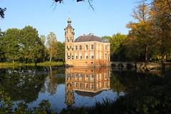 Kasteel Beauvigne (Breda) (ToJoLa) Tags: 2016 canon canoneos60d breda noordbrabant herfst herfstkleuren najaar autumn kasteel castle chateau reflectie reflection water vijver