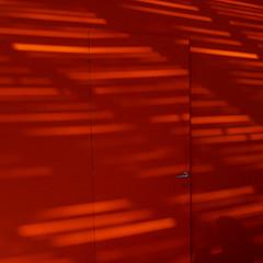 LA MOSTRA DE VENISE (zventure,) Tags: zventure rouge lignes ombre crépuscule soirée venise venice venisesept2016 mostra festival plastique bâches