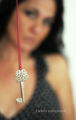 il segreto (Farfal's (Offissima)) Tags: donna grazie nascosto dettaglio chiave segreto nascondere laruotagira farfalscollection graziesemprestefano