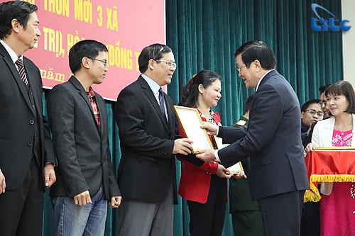 Phó Tổng cục trưởng Nguyễn Quốc Hưng đại diên cho Tổng cục Du lịch nhận thư khen của Chủ tịch nước