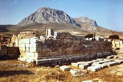 Grce, vacances de Pques 1987. Corinthe, tribune de St Paul et la forteresse d'Acrocorinthe vue de la ville antique. (Marie-Hlne Cingal) Tags: 1987 greece grce  hells  diaponumrise