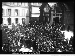 1915-04-18, rue Daru, bndiction des autos ambulances russes avant leur dpart pour le front [foule devant l'glise orthodoxe] 2 (foot-passenger) Tags: bibliothquenationaledefrance bnf gallica oldphoto 1915 ambulance france wwi worldwari