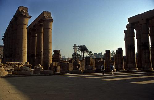"""Ägypten 1999 (255) Tempel von Luxor: Säulenkolonnade und Hof des Amenophis III. • <a style=""""font-size:0.8em;"""" href=""""http://www.flickr.com/photos/69570948@N04/27690563494/"""" target=""""_blank"""">View on Flickr</a>"""