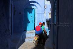 La fin des vacances... (Cathy Le Scolan-Qur Photographies) Tags: street blue friends boys canon young streetphotography bleu maroc marocco chaouen amis rue chefchaouen youngpeople motobike jeunes adolescents garons photoderue mobylette catherinelescolanqur