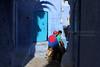 La fin des vacances... (Cathy Le Scolan-Quéré Photographies) Tags: street blue friends boys canon young streetphotography bleu maroc marocco chaouen amis rue chefchaouen youngpeople motobike jeunes adolescents garçons photoderue mobylette catherinelescolanquéré
