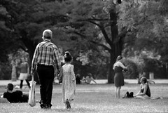 Opa (LaKry*) Tags: park people blackandwhite parco berlin nature grey grigio leute gente walk grau natura grandpa opa nonno biancoenero granfather treptowerpark berlino camminare parck schwarzundweiss enkelin ausfahren grosvater