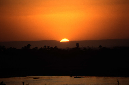 "Ägypten 1999 (239) Luxor: Sonnenuntergang am Nil • <a style=""font-size:0.8em;"" href=""http://www.flickr.com/photos/69570948@N04/27604369314/"" target=""_blank"">View on Flickr</a>"
