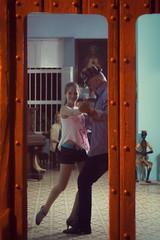Bailando (Un par de peras) Tags: cuba gibara travel bailar baile dancing dancer dancinginthestreet bailarenlacalle cubana cubanos cuban cubain gente people street photostreet phototravel caribe caribbean parejadebaile lady