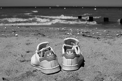 Stan ! (Meculda) Tags: chaussure marque adidas mer flou plage