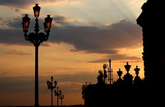 madrid royal palace sunset (Ruben Esparza Bayona) Tags: madrid farola streetlight royalpalace palacioreal sunset orange atardecer naranja building edificio