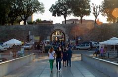 Le City Bridge qui mne vers la Porte Neuve, une des entres dans la vieille ville  travers les fortifications (ichael C.) Tags: vacances holidays croatia croatie zadar city ville tourisme visite sight le bridge et une des entres dans la vieille  travers les fortifications porte neuve