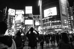 shibuya_GRDIII_161013_R0011534 (jamro_jamro) Tags: monochrome shibuya night candid shibuyacorssing bw blackandwhite street tokyo grdiii grdigital