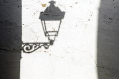 Farol (Micheo) Tags: castellardelafrontera farol farola streetlamp sombra shadow pared muro wall decayed abandono viejo
