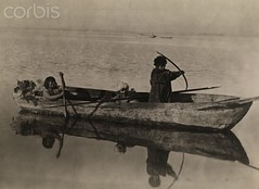 la fotografa Harriet Chalmers Adams, muestra Chile de 1920 (santiagonostalgico) Tags: chile boy people reflection male latinamerica southamerica water girl female tierradelfuego outdoors island three child group few bow weapon boating mineral vehicle rowboat daytime arrow paddling groupofpeople ore bows watercraft archipelago oldfashioned threepeople smallgroupofpeople bodyofwater vintagecollection 1920sstyle elementaryage periodphotography