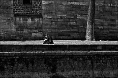 sms.... (vedebe) Tags: people bw paris france seine architecture noiretblanc nb rue urbain humain netb