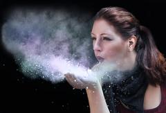 Maismehlwolke (ellen-ow) Tags: frauen models weiblich women person mensch portrait outdoor farbpulver maismehl colourpowder