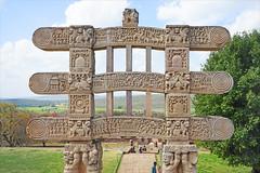 Le grand stūpa de Sanchi, face arrière du Torana ouest (Inde) (dalbera) Tags: india buddha stupa bouddha torana inde bouddhisme sanchi dalbera buddhistsanctuary monumentreligieux