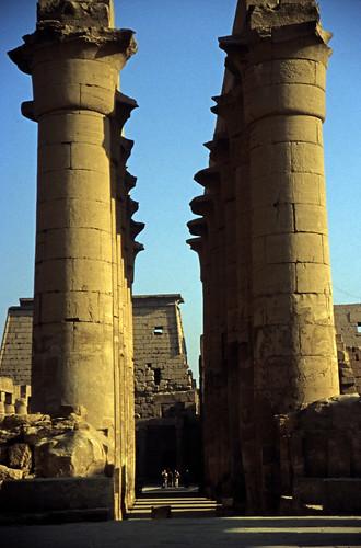 """Ägypten 1999 (251) Tempel von Luxor: Säulenkolonnade und Pylone • <a style=""""font-size:0.8em;"""" href=""""http://www.flickr.com/photos/69570948@N04/28005880200/"""" target=""""_blank"""">View on Flickr</a>"""